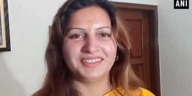 हरियाणा : सरकारी अफसर पर सैंडल बरसाने वाली सोनाली फोगाट ने जारी किया वीडियो संदेश, देखें