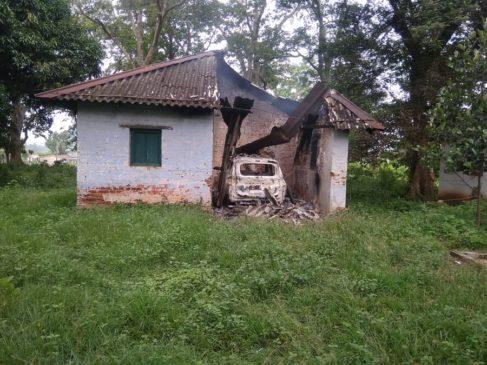 चाईबासा में नक्सलियों ने वन विभाग के गेस्ट हाउस सहित कार व बाइक को आग के हवाले किया