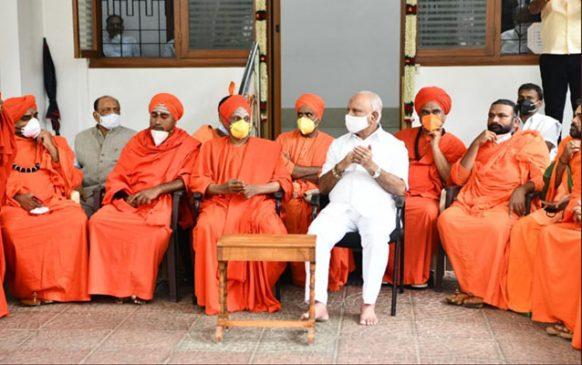 कर्नाटक : मुख्यमंत्री पद से हटाए जाने की चर्चा के बीच येदियुरप्पा ने सबको जारी की चेतावनी, मठ-महंत का सहारा