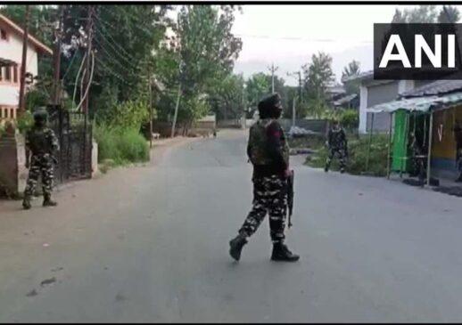 सुरक्षा बलों जम्मू कश्मीर में पंपोर में दो आतंकवादी को किया ढेर, ऑपरेशन जारी