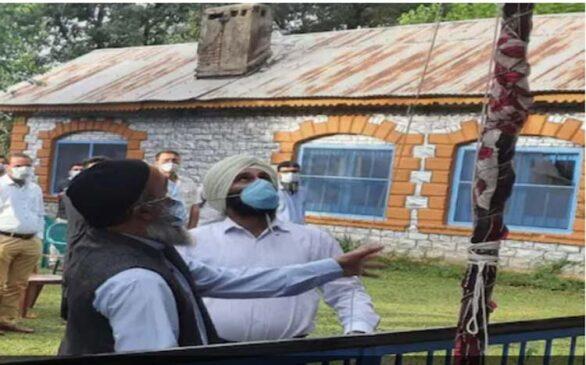 हिजबुल कमांडर बुरहान वाानी के शिक्षक पिता ने स्कूल में फहराया राष्ट्रध्वज तिरंगा