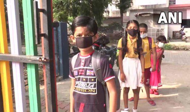 कोरोना की आशंकाओं के बीच दिल्ली व यूपी सरकार ने आज खोले स्कूल, सिसोदिया ने कहा – खतरा बढा तो उठाएंगे कदम