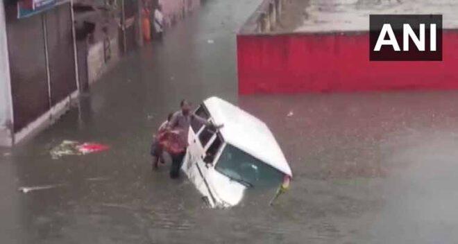 भारी बारिश से देश के कई हिस्सों में आफत, बिहार में दरभंगा-समस्तीपुर सेक्शन पर रेल परिचालन रोका गया