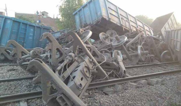 दिल्ली-हावड़ा रेल लाइन पर ऐसे पलटी मालगाड़ी, रूट डायवर्ट, तीन तसवीरों में देखिए हाल